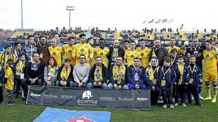 Aficionados y jugadores del Alcorcón antes de la última visita del...