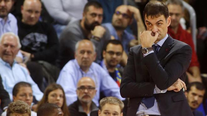 Georgios Bartzokas observa el partido desde la banda