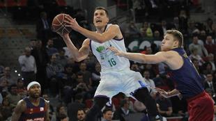 Nedovic intenta el tiro ante la defensa de Vezenkov