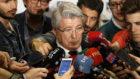 Enrique Cerezo hablando para la prensa.