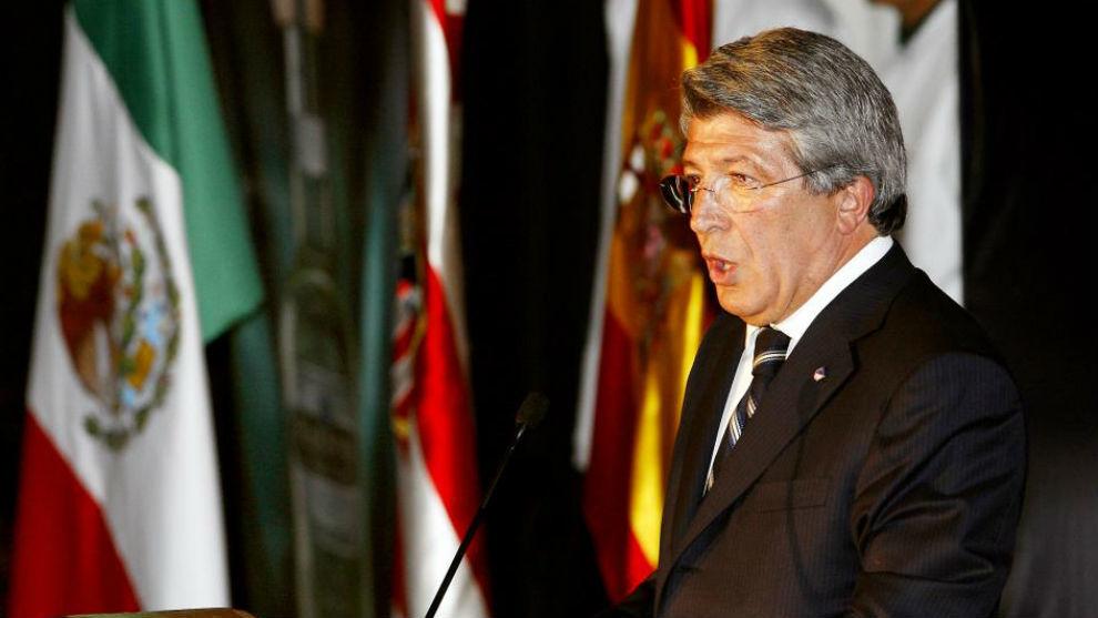 Enrique Cerezo, presidente del Atlético, durante una visita a...