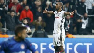 Babel celebra uno de sus goles.