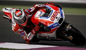 Jorge Lorenzo (29) traza una curva con su Ducati Desmosedici GP17 en...