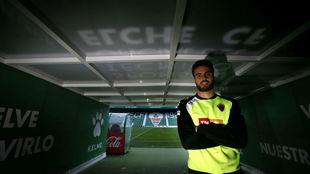 Pelayo (26) posa para MARCA en el túnel de vestuarios del estadio...