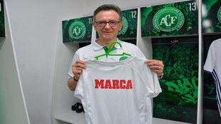 El presidente del Chapecoense, con la camiseta de MARCA.
