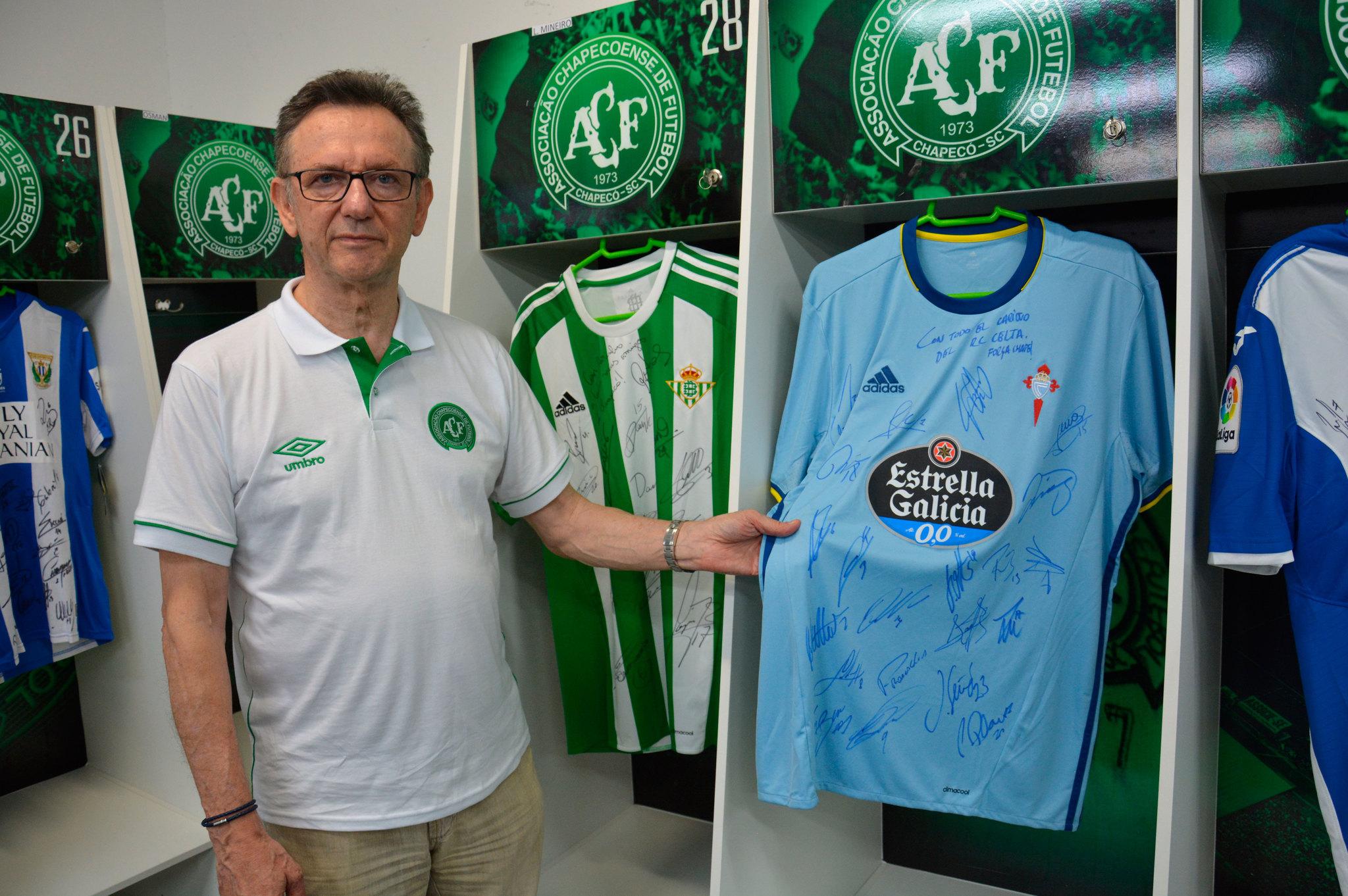 Des Neves toca la camiseta del Celta en el vestuario del Chapecoense.