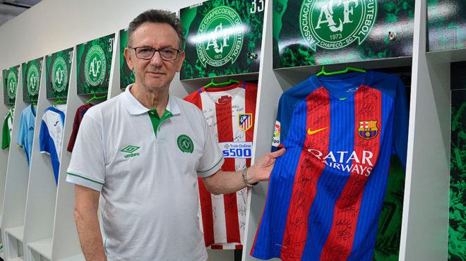 El presidente del Chapecoense sostiene la camiseta del Barcelona en el...