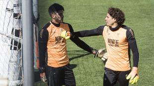 Ochoa dialoga con Rui Silva durante un entrenamiento.