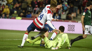 Kravets tropieza con el portero de Osasuna.