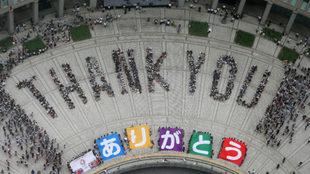 Aficionados celebran la designación de Tokio como sede de los Juegos...