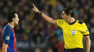 Busquets se las tiene con Aytekin en el Barça-PSG.