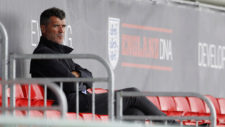 Roy Keane observa un entrenamiento