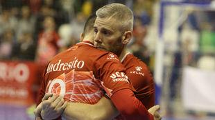 Miguelín se abraza con Andresito durante la tanda de penaltis en la...