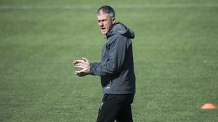 Lucas Alcaraz dirige un entrenamiento