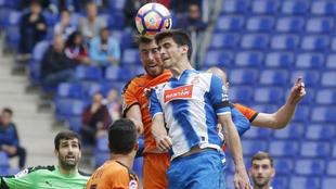 Gerard Moreno y Sergi Enrich pugnando por un balón aéreo.