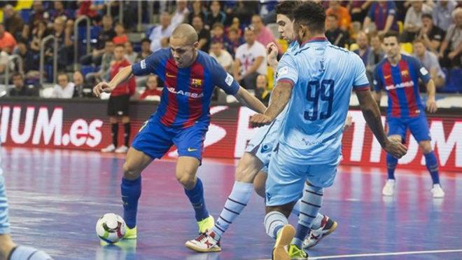 Ferrao, del FC Barcelona Lassa, dispara ante la oposición del jugador...