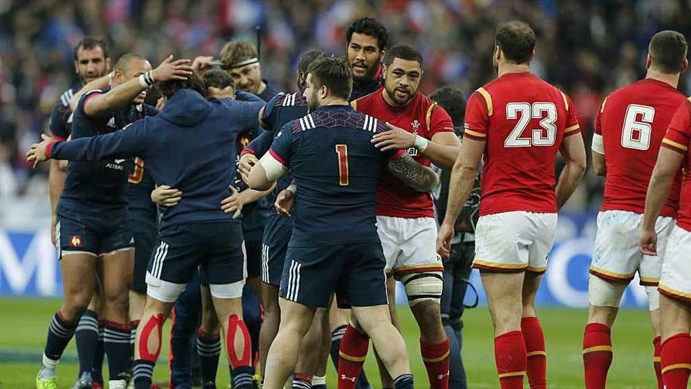 Los jugadores de Francia celebran el postrero ensayo de la victoria...