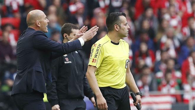 Zidane, dando instrucciones durante el partido ante el Athletic.
