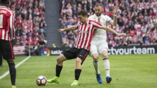 Karim Benzema lucha por el bal�n con �scar de Marcos.