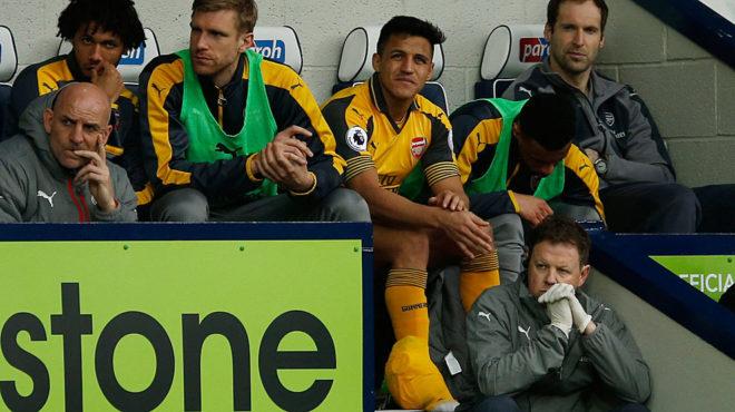 Alexis, sentado en el banquillo con su tobillo hinchado.