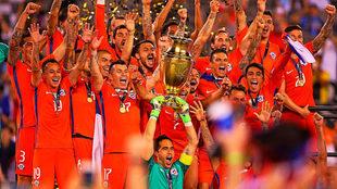 Los chilenos celebran el título obtenido en la Copa América...