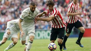 Benzema pugna por un balón con Yeray