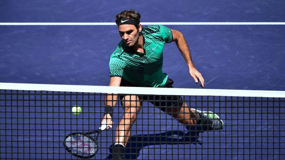 Federer sube a la red en un momento de su partido frente a Sock.