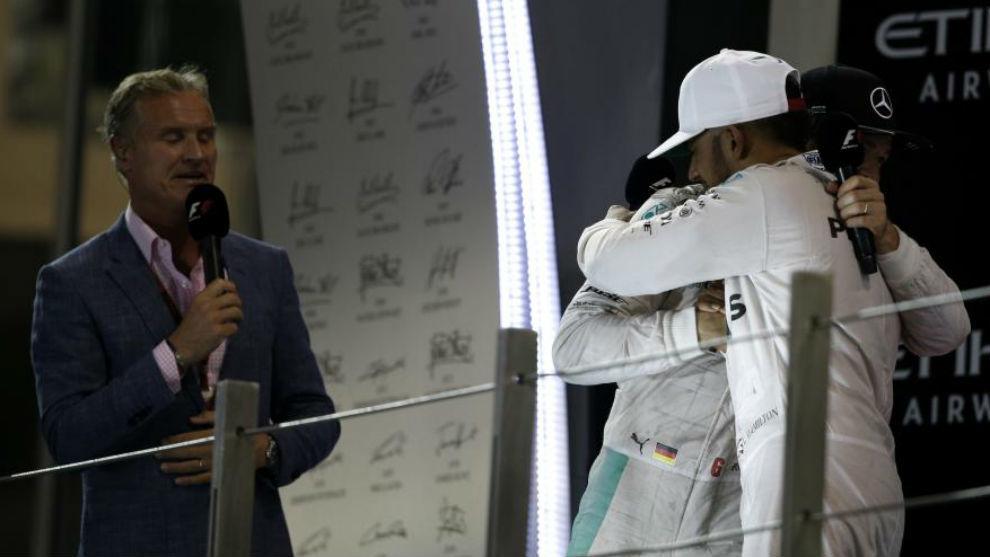 Coulthard observa como Hamilton y Rosberg se abrazan tras un GP de la...