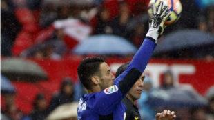 Sergio Rico atrapa el bal�n ante God�n en el duelo disputado en...