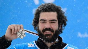 Regino Hernández con su medalla de plata mundial en la modalidad por...