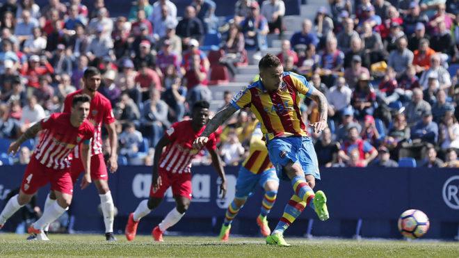 Roger lanza el penalti que le dio la victoria al Levante
