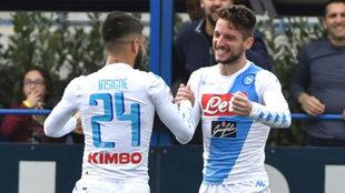 Insigne y Mertens celebran uno de los goles del Nápoles.