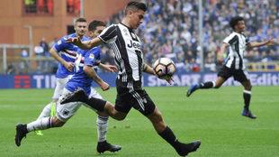 Dybala golpea el balón ante la Sampdoria.