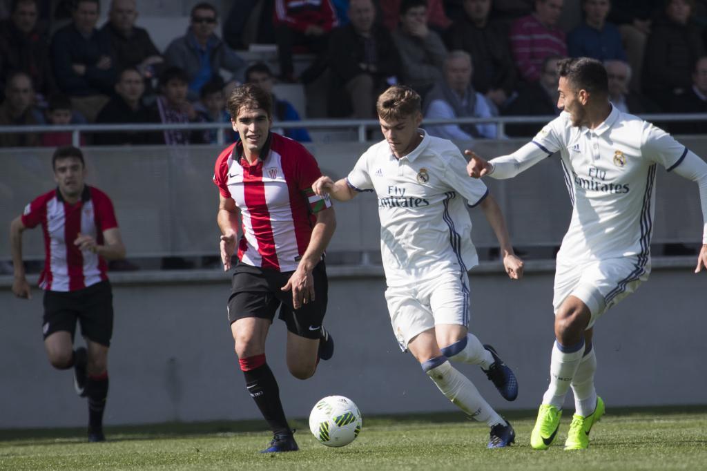 Febas dirige el balón durante el encuentro ante el Athletic