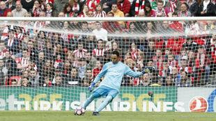Keylor saca un balón durante el encuentro ante el Athletic