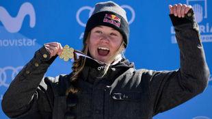 Tess Ledeux celebra su triunfo en la final de 'slopestyle'.