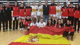 La selección española, junto a representantes de la embajada...
