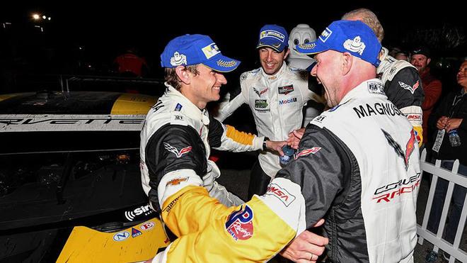 García (izquierda), felicitado por Magnussen y 'Rocky'