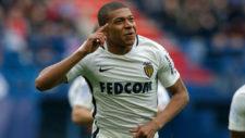 M'Bapp� celebra uno de sus goles al Caen.
