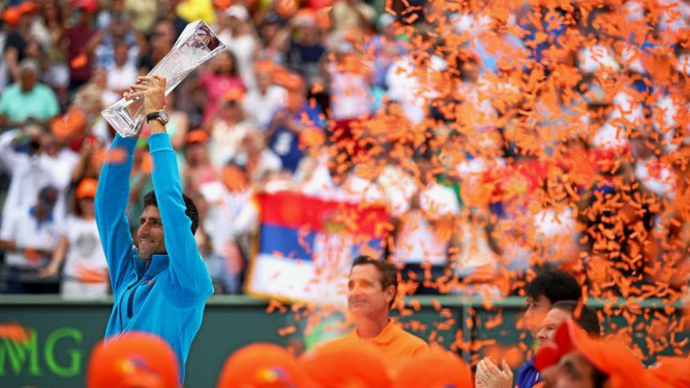 Djokovic, con el trofeo de Miami