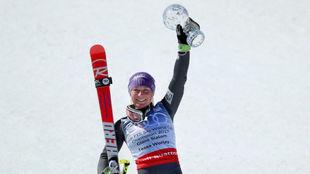 Tessa Worley alza el Globo de Cristal conquistado en Aspen.