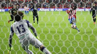 'Memo' Ochoa, en el penalti que detuvo a Traoré.
