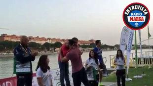 Saúl Craviotto abrazando a Manuel, su padre, tras entregarle la...