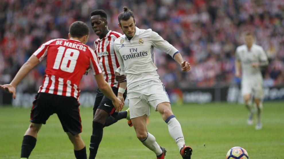 Gareth Bale dirige el balón en el encuentro ante el Athletic