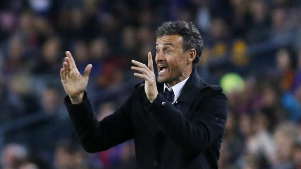 Luis Enrique da instrucciones durante el encuentro contra el Valencia.