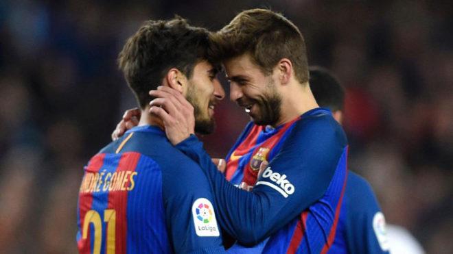 Piqué felicita a André Gomes por su gol al Valencia.