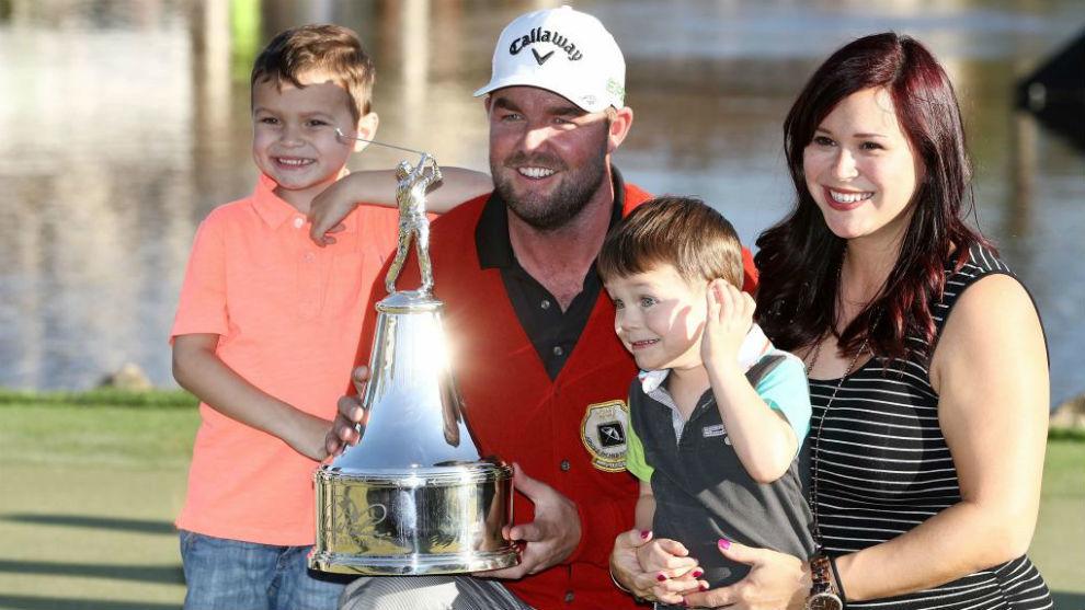 Leishman celebra su victoria junto a su mujer y sus hijos.