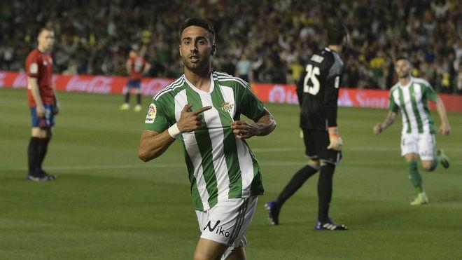 Rafa Navarro señala el escudo del Betis de su camiseta tras marcar a...