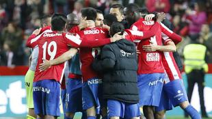 Los futbolistas del Sporting celebran la victoria ante el Granada al...