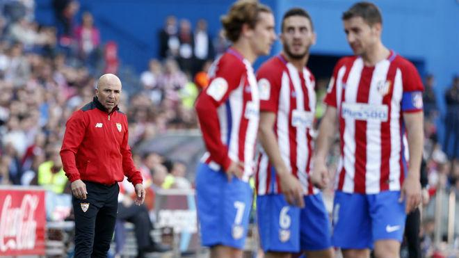 Sampaoli, al fondo, en el partido contra el Atlético.